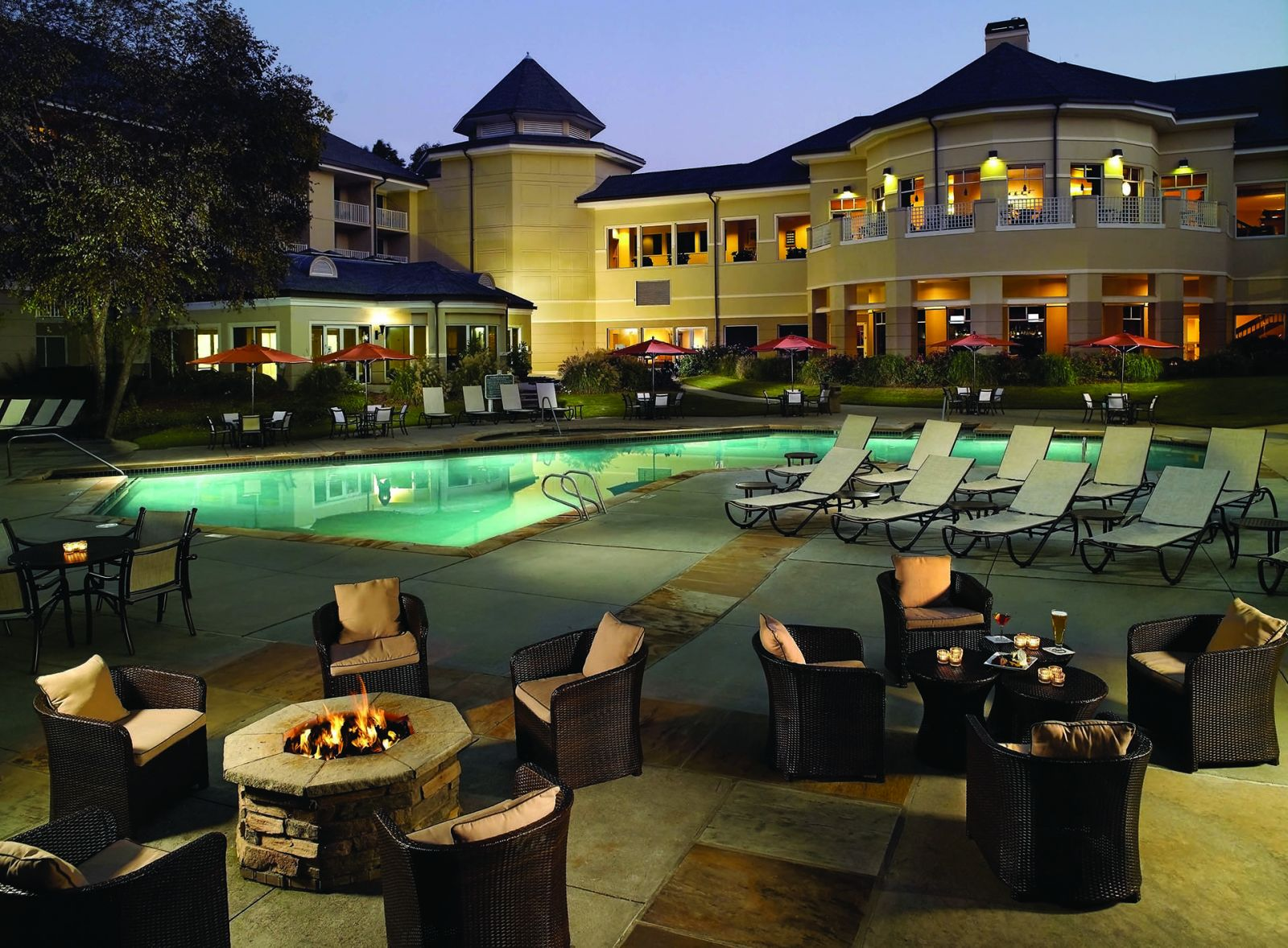 A view of the outdoor swimming pool area at Atlanta Evergreen Marriott Conference Resort